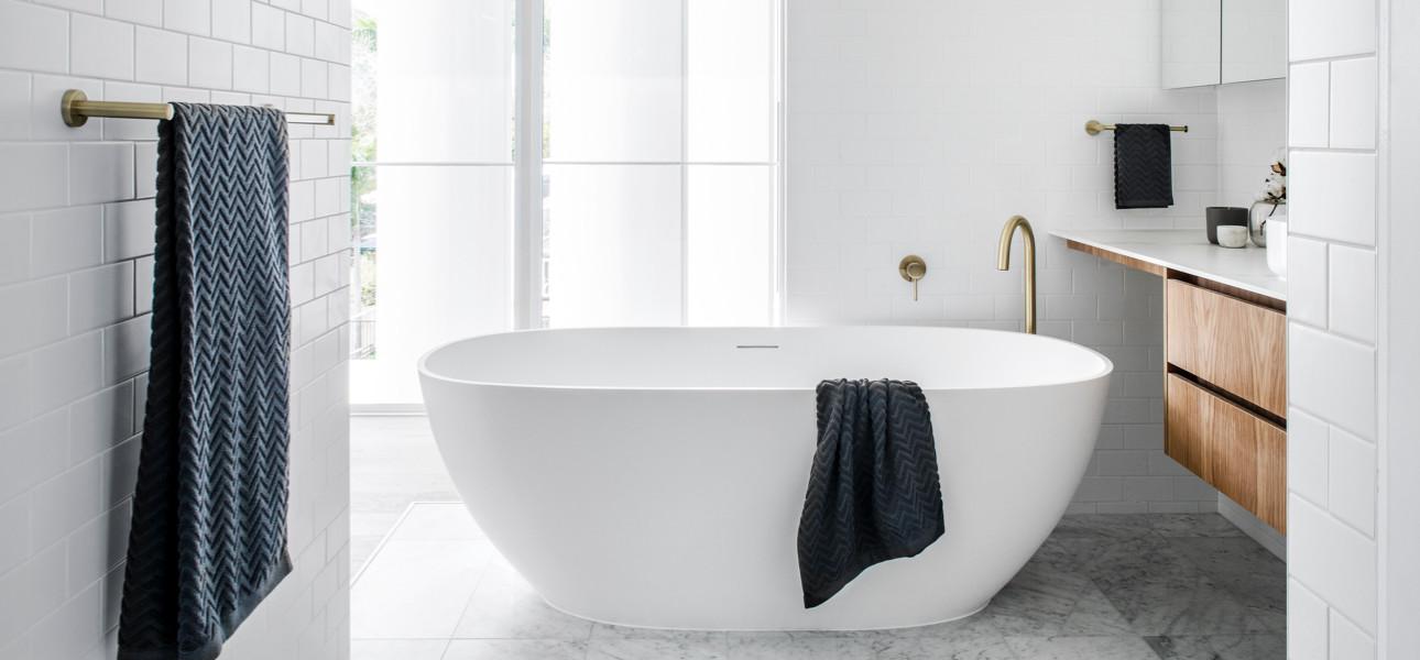 De mooiste badkamerstijlen voor gouden kranen